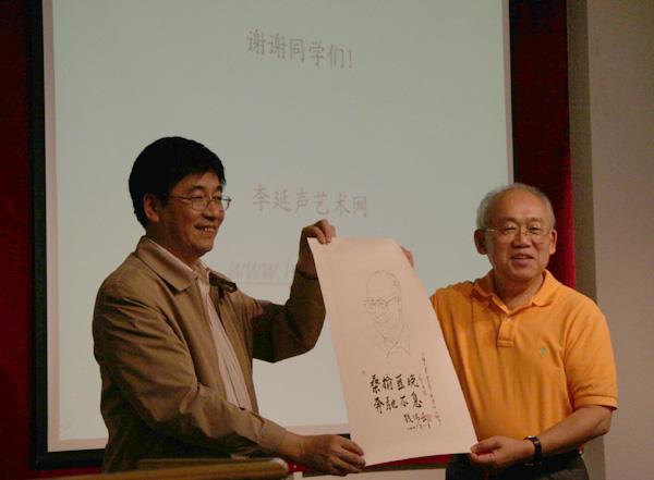 上海大学校党委书记于信汇代表上海大学接受李延声捐赠的钱伟长画像