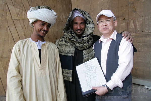 2009年1月31日至2月9日,我随中国文联、中国美协代表团同一个世界中国画彩绘联合国大家庭巡展赴埃及。此展在开罗金字塔报社展览厅举办。中国驻埃及大使武春华和文化参赞李景芳、中国文联副主席冯远、中国美协主席刘大为,埃及文化部官员、金字塔报总裁,还有中国和埃及的画家数十人参加开幕式,一起参观画展。